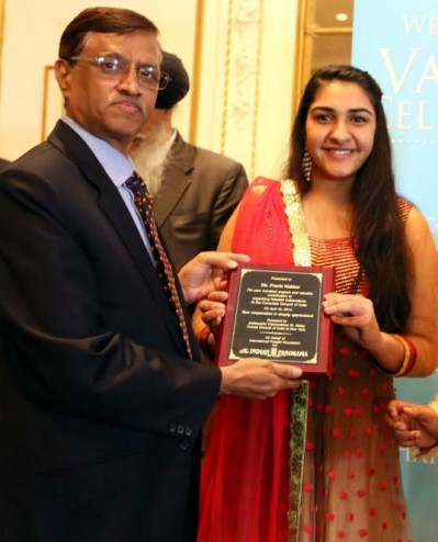 Prachi Makkar (left) accepting her Future Female Leader Award
